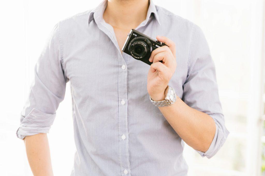 写真を持っている人